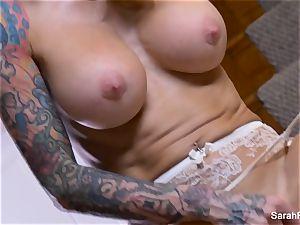 Bangin' molten mummy Sarah plays with her moist vagina