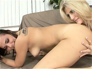 Amanda Tate tongues on Aidra Fox's torrid ass