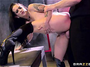 Katarina Jade displays how it should be done